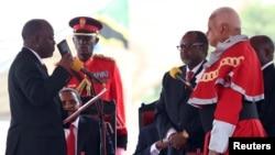 Le président tanzanien John Magufuli (g.) prête serment, le 5 novembre 2015.