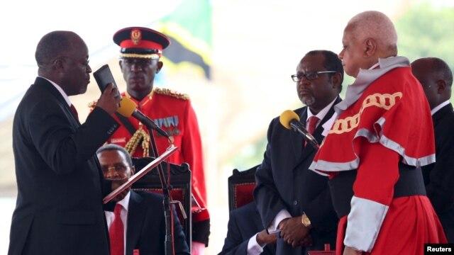 John Magufuli akiapishwa kama rais mpya wa Tanzania (REUTERS/Emmanuel Herman)