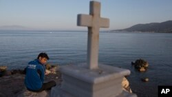 Một di dân người Pakistan bị kẹt trên hòn đảo Lesbos của Hy Lạp gần cảng Mytilini.