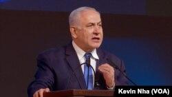 El primer ministro israelí Benjamin Netanyahu habla a seguidores de su partido Likud en el gobierno, durante un mitin en Tel Aviv el 10 de abril de 2019, donde celebraron su aparente victoria parlamentaria.