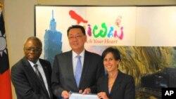 海倫凱勒基金會接受臺灣捐贈(左起布基納法索駐聯合國代表德柯達大使, 高振群處長,海倫凱勒基金會董事長凱西史派恩)