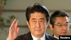 日本首相安倍晋三(中)。