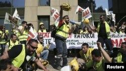 Para penambang dan pendukung pertambangan emas di utara Yunani meneriakkan slogan dalam aksi protes di luar kantor Kementerian Pembangunan di Athena, Yunani, 16 April 2015 (REUTERS/Alkis Konstantinidis)