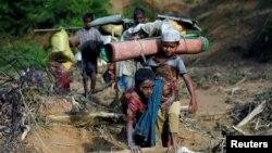 کودکان مسلمان روهینگیایی حین فرار از راخین به بنگله دیش