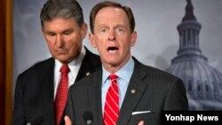 10일 미국 의회에서 총기 규제안에 관한 합의 내용을 발표하는 민주당의 조 맨친 상원의원(왼쪽)과 공화당의 팻 투미 상원의원.