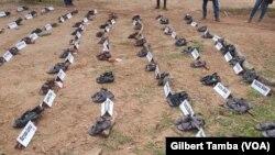 Les paires de chaussures exposées portant les noms des écolières disparues, le 5 octobre 2019. (VOA/Gilbert Tamba)