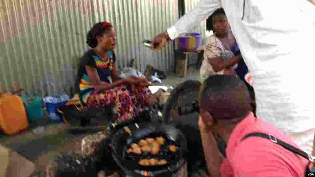 Wata 'yar kasuwa Esther, a cikin rumfanta da aka sake gina mata a kasuwa. 'Yan Boko Haram sun kona kasuwar a watan Fabareru da Afrilu na 2013. Esther ta tsalake rijiya da baya amma tace rayuwarta ya samu canji har abada, 26 ga Mayu.