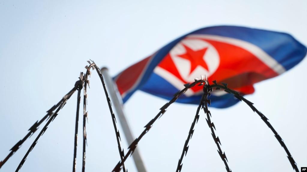Lá cờ Bắc Triều Tiên tại đại sứ quán Bắc Triều Tiên ở Kuala Lumpur, Malaysia. Hai người Malaysia đã được phép rời khỏi Bắc Triều Tiên ngày 9/3 trong lúc căng thẳng ngoại giao đang gia tăng giữa hai nước.