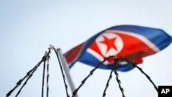 Bendera Korea Utara terlihat di balik kawat besi di kedutaan besar Korea Utara di Kuala Lumpur, Malaysia, 9 Maret 2017.