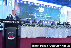 چیف جسٹس آصف سعید کھوسہ کراچی میں انصاف کے شعبے میں اصلاحات کے موضوع پر تقریب میں تقریر کر رہے ہیں۔
