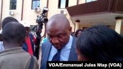 """Le Directeur Général de """" General express voyages répond à la presse, Yaoundé, Cameroun, 2 novembre 2017. (VOA/Emmanuel Jules Ntap)."""