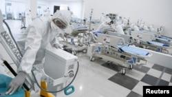 Seorang petugas medis mengecek peralatan medis di rumah sakit darurat untuk pasien COVID-19 di Wisma Atlet, Kemayoran. (Foto: Antara via Reuters)
