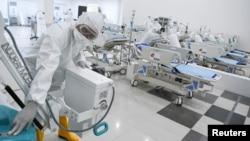 Para petugas mengecek peralatan medis di rumah sakit darurat untuk pasien COVID-19 di Wisma Atlet, Kemayoran, 23 Maret 2020. (Foto: Antara/Reuters)