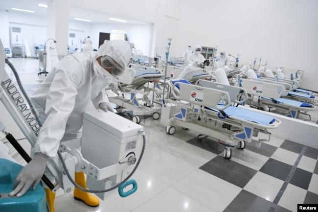 Seorang petugas medis mengecek peralatan medis di rumah sakit darurat untuk pasien COVID-19 di Wisma Atlet, Kemayoran, 23 Maret 2020. (Foto: Antara via Reuters)