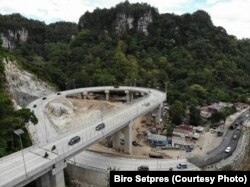 Foto jalan layang di Camba, ruas jalan nasional menghubungkan Kabupaten Maros dan Bone di Sulawesi, 11 Juni 2018. (Foto: Setpres)
