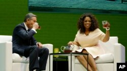 Coffee or tea? Even Howard Schultz, left, chairman and CEO of Starbucks Coffee Company, drinks tea. Here he sits and drinks tea with Oprah Winfrey, right, to announce their partnership to offer Teavana Oprah Chai tea. (March 2014)