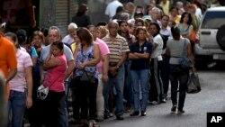 Los venezolanos ven reducida mes a mes su capacidad de compra para cubrir los gastos básicos de alimentación.