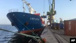 کشتی ترکیه ای لیلا هنگام بارگیری در بندر مرسین، پیش از حرکت به سوی اسرائیل