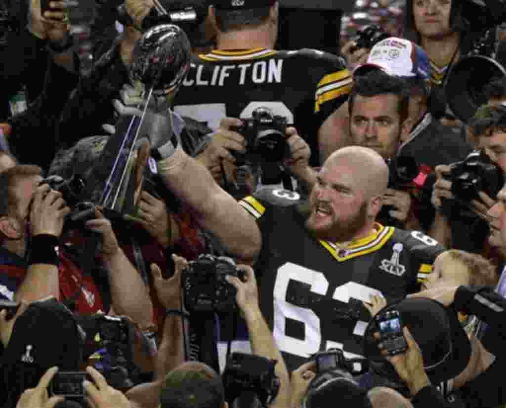 Scott Wells, de Green Bay Packers, celebra la victoria levantando el Trofeo Lombardi.