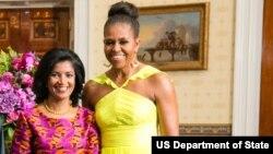 Lígia Fonseca (Esq.) e Michelle Obama (Dir.)
