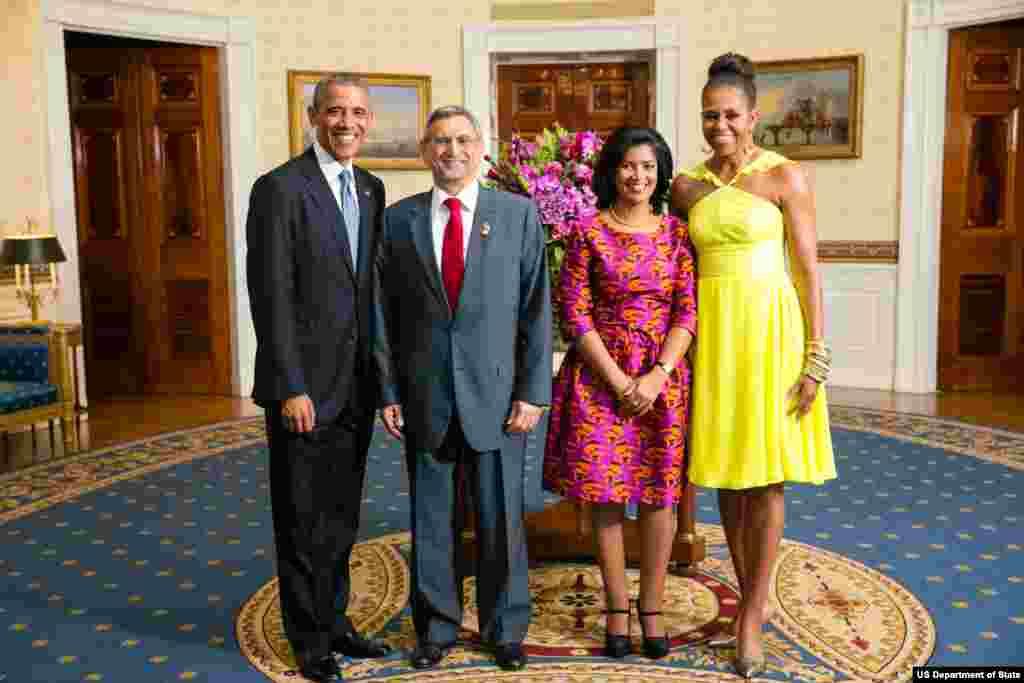 Presidente Barack Obama e Primeira-dama Michelle Obama com Jorge Carlos de Almeida Fonseca, Presidente da República de Cabo Verde, e a Primeira-dama Lígia Arcangela Lubrino Dias Fonseca, na Sala Azul por ocasião do jantar na Casa Branca, pela Cimeira Esta