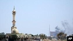 قذافی کے کمپاؤنڈ سے دھواں اٹھ رہا ہے۔اگست 23، 2011