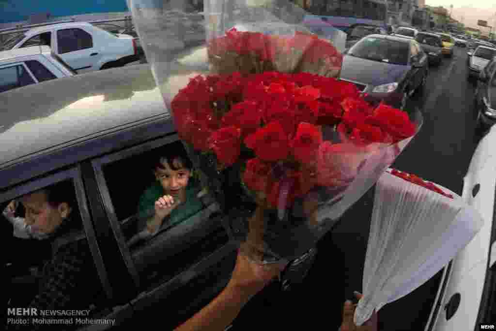 گل فروش در خیابان. عکس: محمدمهیمنی