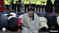အၾကမ္းဖက္သမား အျဖစ္ စြပ္စြဲခံထားရတဲ့ အစြန္းေရာက္ မူစလင္ တရားေဟာဆရာ Abu Hamza al-Masri။ (ဇန္န၀ါရီလ ၂၄ ရက္၊ ၂၀၀၃)။