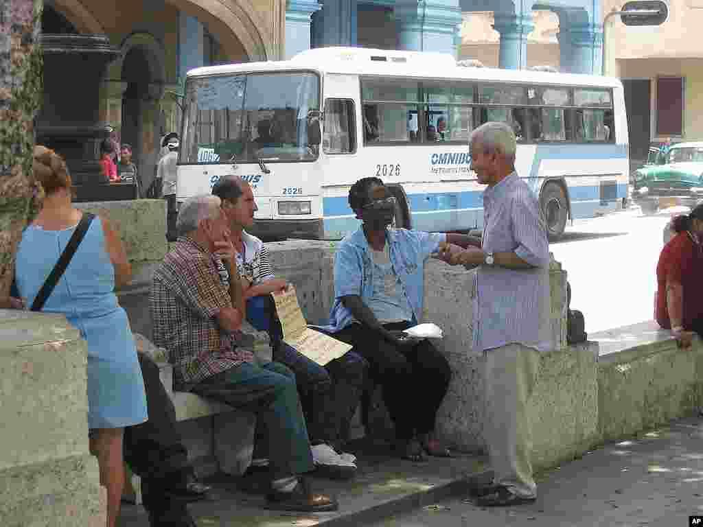 Dân chúng tại La Habana thảo luận về chuyện mua bán nhà đất không chính thức. 29-3-12 (VOA – Socolovsky)