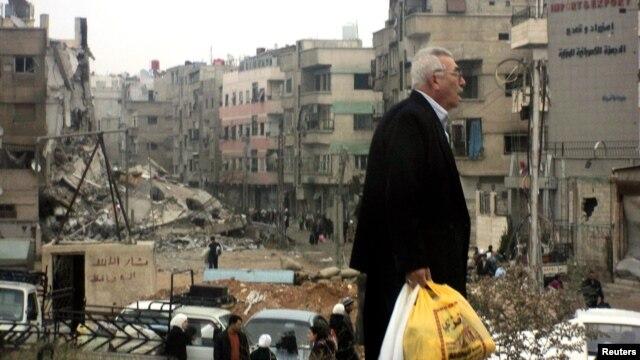 19일 바샤르 알-아사드 시리아 대통령을 지지하는 세력에 의해 다마스쿠스에 가해진 폭격으로 파괴된 건물들.