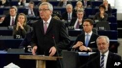 Председатель Европейской комиссии Жан-Клод Юнкер (в центре). Страсбург, Франция. 26 ноября 2014 г.