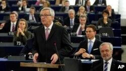 유럽연합의 장 클로드 융커 신임 집행위원장이 26일 유럽 경기 부양을 위한 투자 계획을 발표하고 있다.