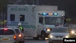 Konvoi ambulans yang membawa Pauline Cafferkey tiba di RS Royal Free di London, Selasa (30/12).