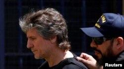 Mantan Wakil Presiden Argentina Amado Boudou dikawal oleh anggota penjaga pantai Argentina setibanya di gedung pengadilan federal di Buenos Aires, Argentina, 3 November 2017.