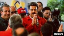 El presidente Nicolás Maduro agradece el apoyo a sus seguidores que lo acompañaron a inscribir su candidatura para la reelección el martes 27 de febrero.