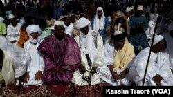 Les musulmans sont réunis lors de la fête de l'Aïd à Tombouctou, au Mali, le 25 juin 2017. (VOA/Kassim Traoré)