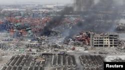 天津滨海新区发生爆炸后,消防员在现场试图灭火(2015年8月14日)