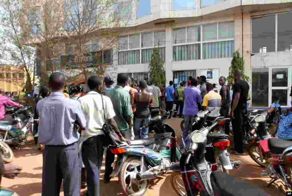 Malians queued to withdraw money from banks in the capital Bamako, April 3, 2012, after neighboring countries including Ivory Coast and Niger launched trade and diplomatic sanctions. (Reuters)