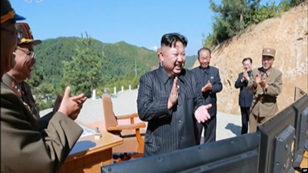 朝鮮官媒2017年7月4日的的視頻截圖顯示,朝鮮領導人金正恩在朝鮮某地的導彈試驗場為所謂的火星14導彈發射拍手鼓掌