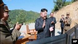 朝鲜官媒2017年7月4日的的视频截图显示,朝鲜领导人金正恩在朝鲜某地的导弹试验场为所谓的火星14导弹发射拍手鼓掌