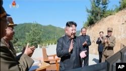 2017年7月4日,北韓領導人金正恩在進行洲際彈道導彈發射後慶祝發射成功 (資料圖片)