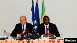 Mali's Foreign Minister Tieman Hubert Coulibaly (R) and France's Foreign Affairs Minister Laurent Fabius attend a news conference in Bamako, Mali, April 5, 2013.