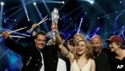 """Pemenang Kontes Eurovision tahun 2013, Emmelie de Forest dari Denmark mengangkat piala kemenangannya di atas panggung Malmo Arena di Malmo, Swedia (18/5). De Forest memenangkan kontes tahunan Eurovision tahun ini dengan membawakan lagu """"Only Teardrops""""."""