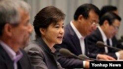박근혜 한국 대통령이 27일 오전 청와대에서 열린 수석비서관회의를 주재하며 모두발언하고 있다.