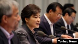 청와대에서 수석비서관회의를 주재하는 박근혜 대통령(왼쪽 두번째). (자료사진)