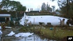 Xác chiếc máy bay gặp nạn ở Goma, Congo, 4/3/2013. (AP Photo/Sinziana Demian)