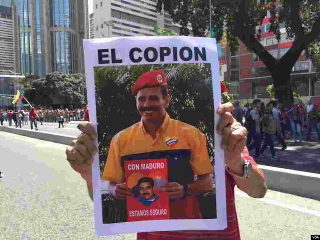 """""""Con Maduro estamos seguros"""" dice una pancarta de un simpatizante oficialista, durante las manifestaciones de este sábado."""