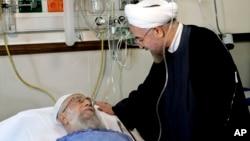 Tổng thống Iran Hassan Rouhani thăm Lãnh tụ tối cao Ayatollah Ali Khamenei sau khi phẫu thuật tại một bệnh viện ở Tehran, ngày 8/9/2014.