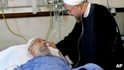 8일 이란의 최고지도자 아야톨라 알리 하메네이가 전립선 수술을 받았다고 관영 통신이 전한 가운데, 하산 로하니 이란 대통령이 병실을 방문한 사진을 하메네이 측이 공개했다.