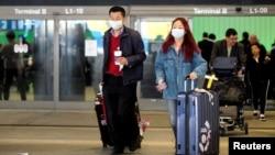 Putnici iz Kine stižu na aerodrom u Los Anđelesu (Foto: Reuters/Ringo Chiu)